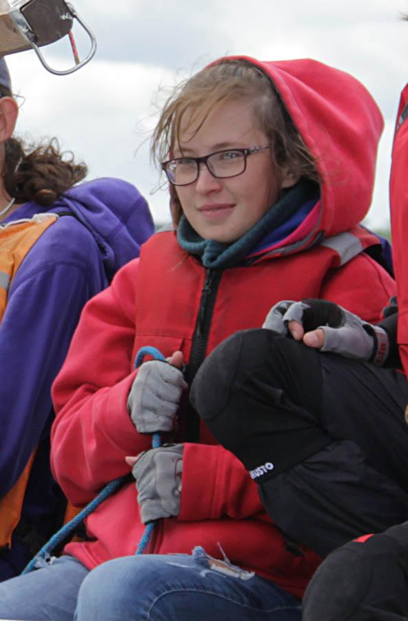 Ирина Порозова управляет гротом на яхте «Мечта»