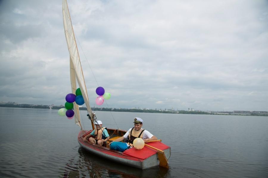 Петя и Егор первыми опробовали легендарную лодку из советского времени