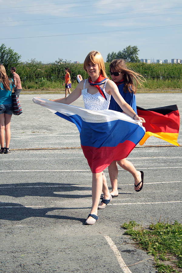 Алёна Хазинурова и Ксюша Гордон с флагами России и Германии