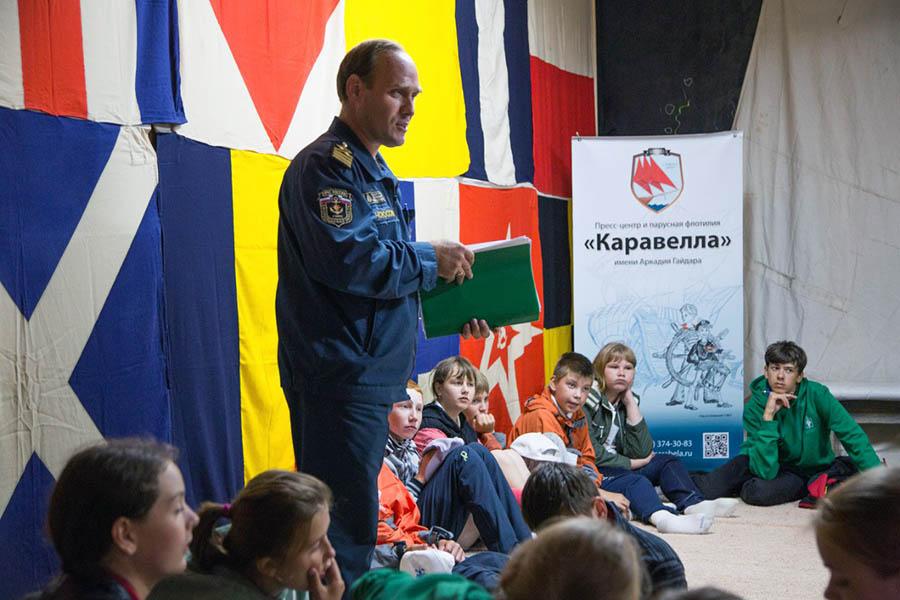 Инспектор ГИМС Сергей Кабаков проводит викторину для ребят