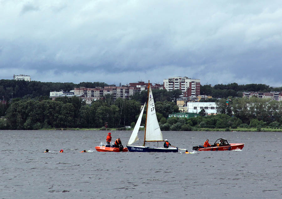 Оба моторно-спасательных судна сразу взялись за дело
