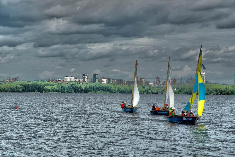 Отборочные гонки в Синем флоте в самом разгаре - лодки летят на финиш