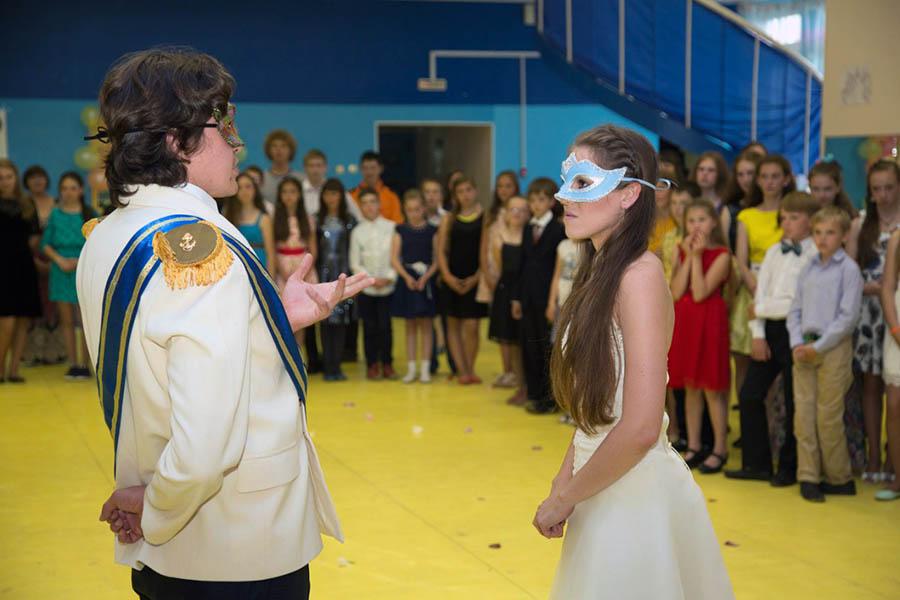 Принц (Алексей Шестаков) и Золушка (Дарья Крапивина) встречают гостей на балу