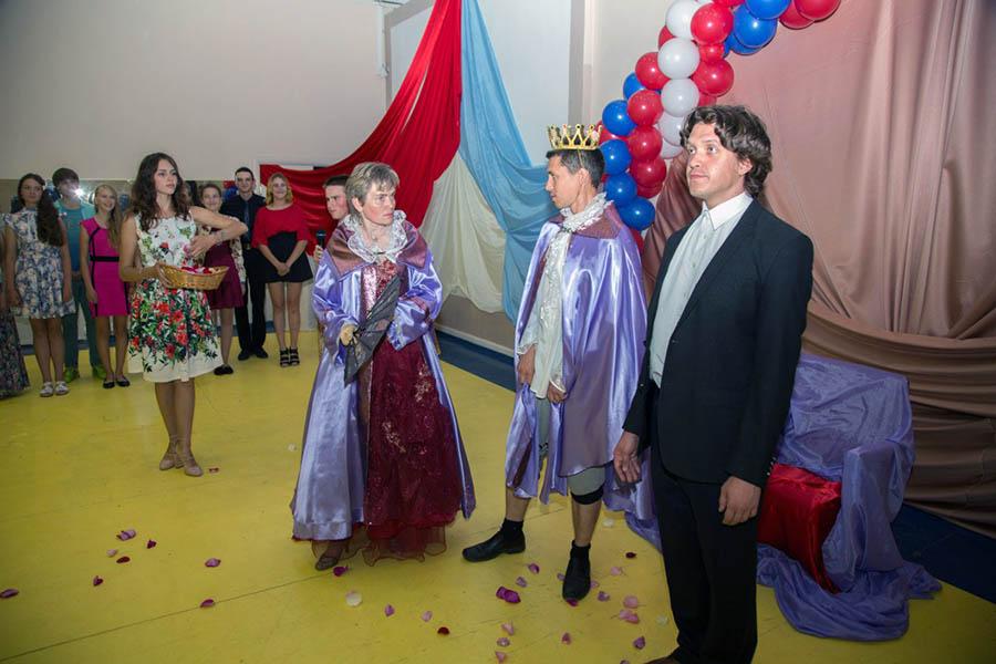 Король (Дима Феклистов) и королева (Лариса Крапивина) удивлены поведением принца