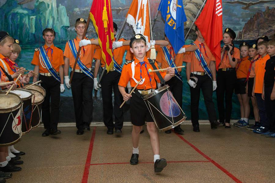 Завершение сбора-посвящения - вынос знамён пресс-центра и парусной флотилии