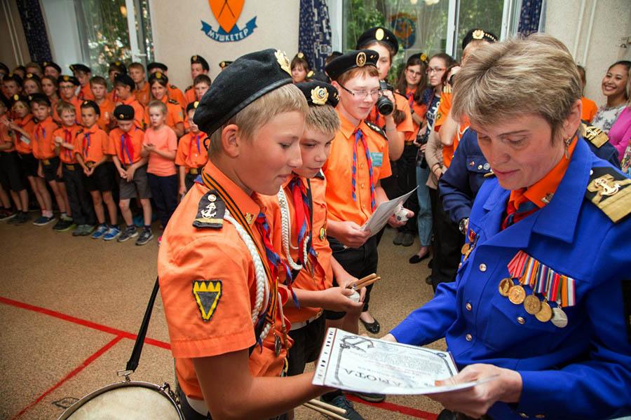 Лучшие матросы флотилии получают грамоты и памятные подарки из рук командора Ларисы Крапивиной