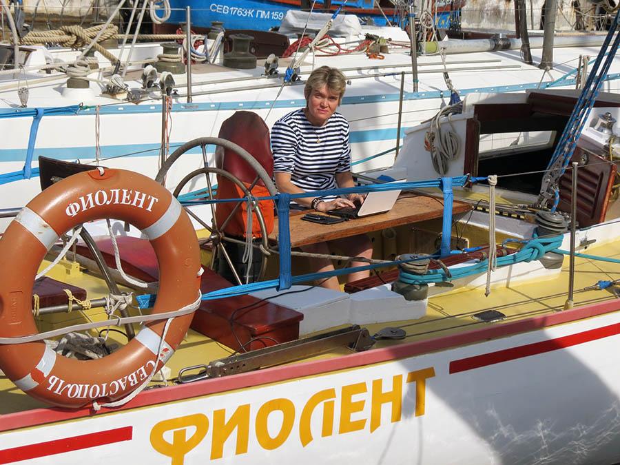 Лариса пишет докторскую диссертацию на палубе крейсерской яхты