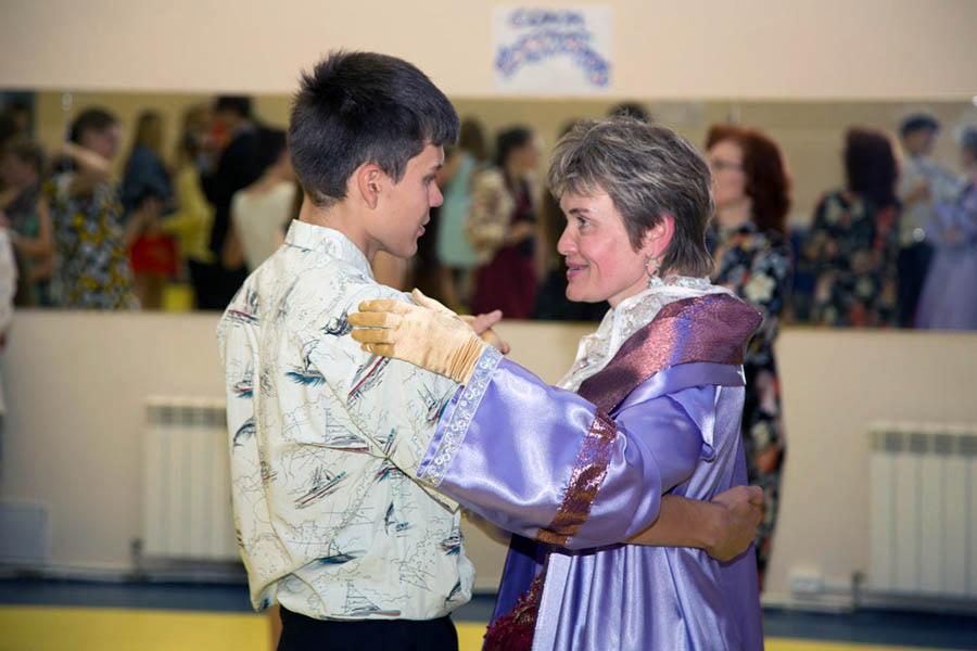 Лариса на балу с Петром...