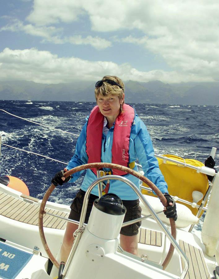 Лариса за штурвалом парусной яхты бороздит морские просторы