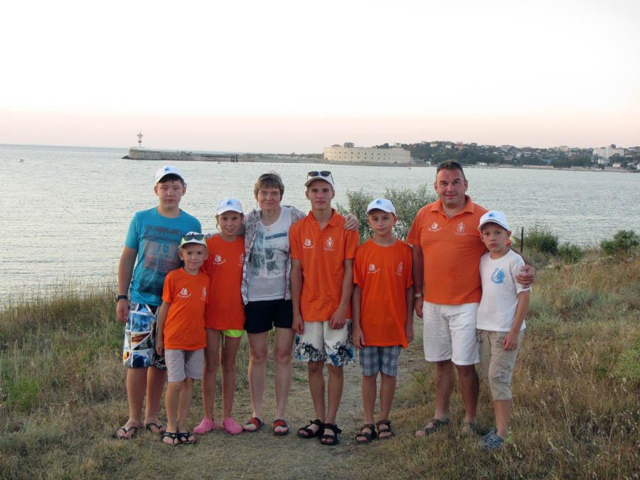 «Крымский экипаж» на фоне выхода из Севастопольской бухты