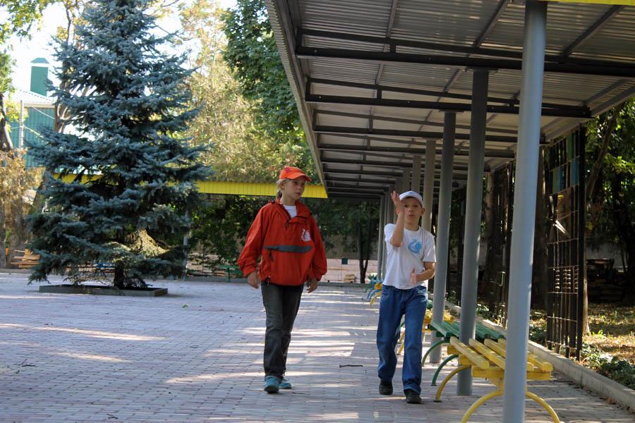 Лена Абрамова и Егор Доможиров на эвакобазе Артека