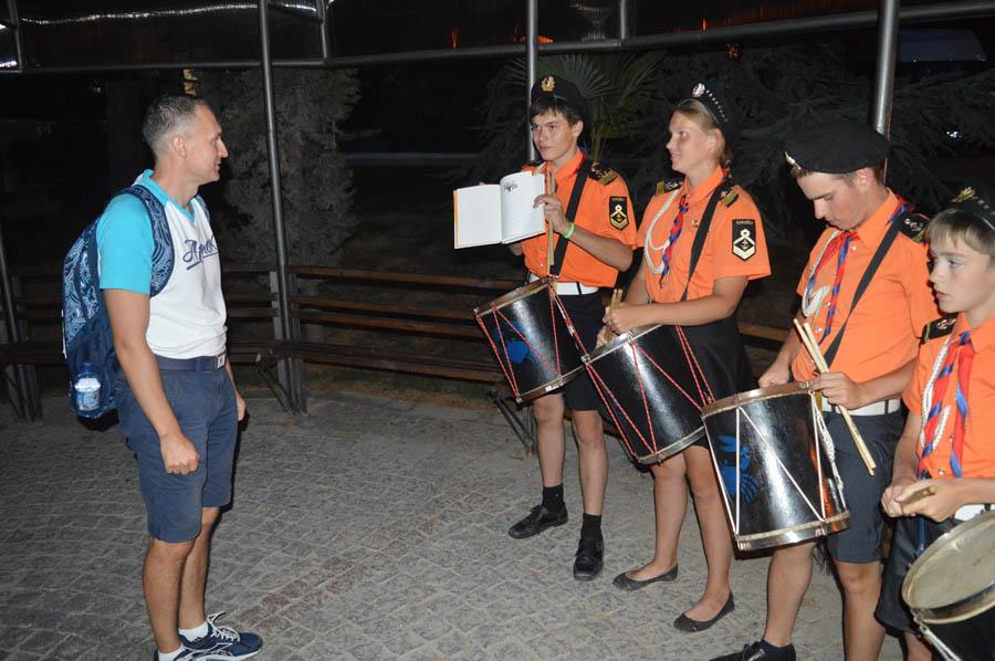 Каравелльцы передают книгу Владислава Крапивина директору лагеря «Лазурный»