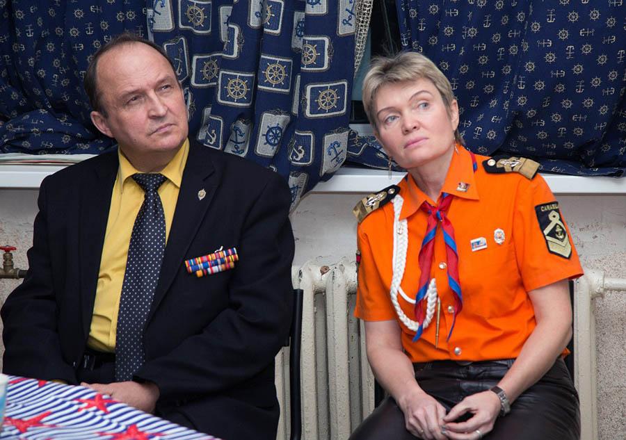 Константин Александрович Лихачёв с интересом смотрит видео-отчёт о патриотических программах отряда