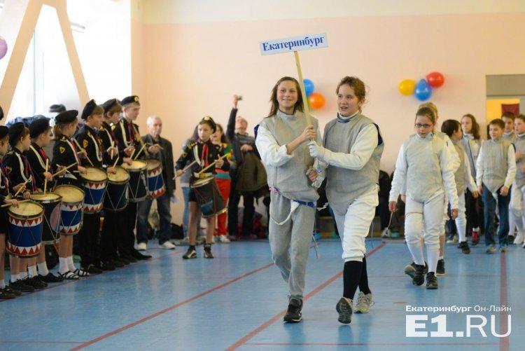 Парад фехтовальщиков под марш барабанщиков. Фото Артёма Устюжанина, Е1.