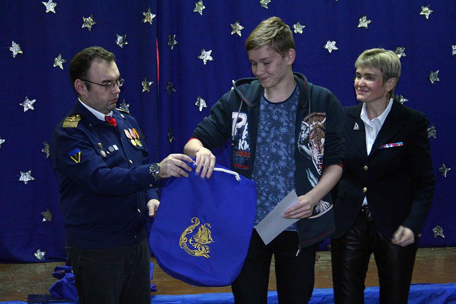 Победители конкурса получают награды, призы и памятные подарки