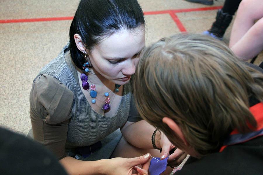 Маша с огромным терпением объяснила технику шитья на руках