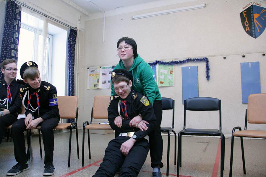 Саша Долинова показывает уникальные медицинские навыки