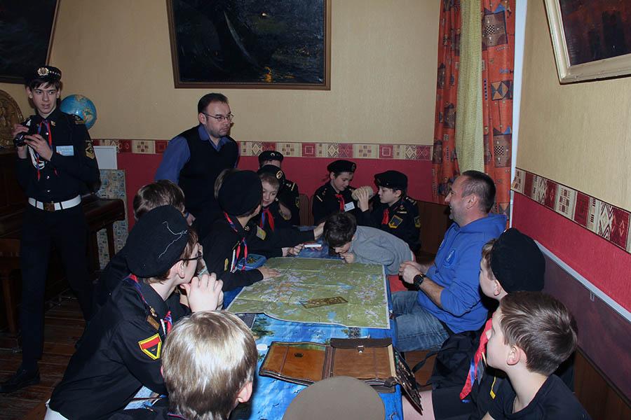 Мальчики знакомятся с навыками офицера армии СССР и России