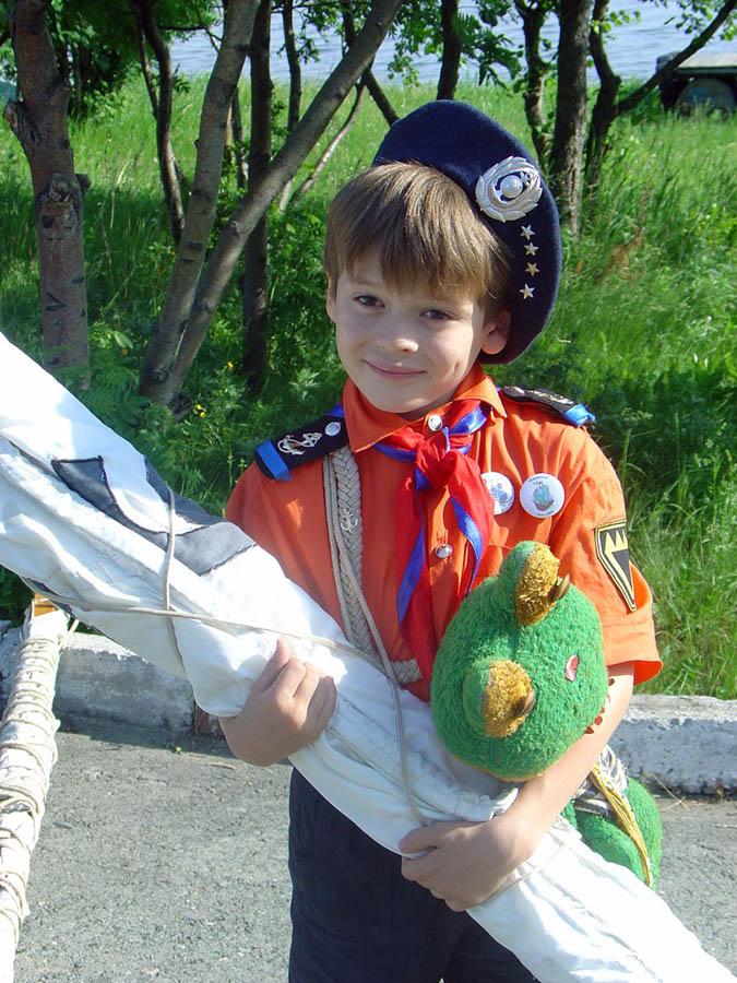 Матрос яхты «Полюс» с игрушечным лягушонком Чипом и парусом