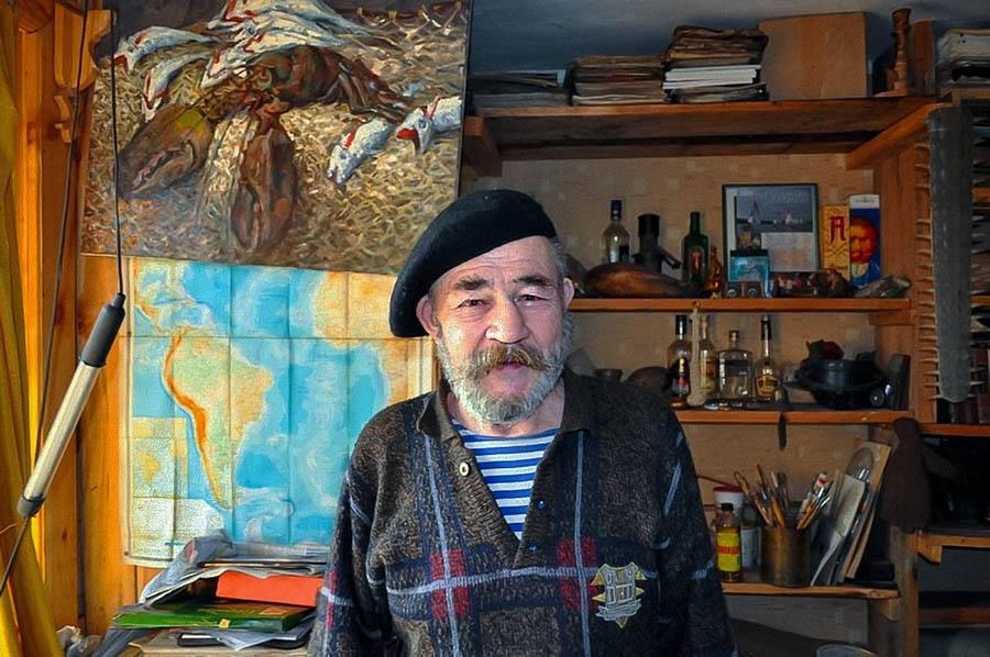 Евгений Иванович Пинаев в своей мастерской