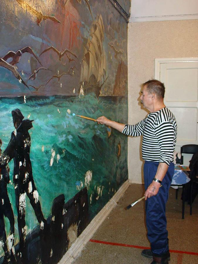 Евгений Пинаев в очередной раз реставрирует картину (26 октября 2006 года)