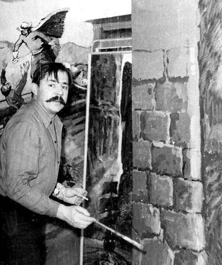 Евгений Иванович расписывает стены в старом помещении отряда