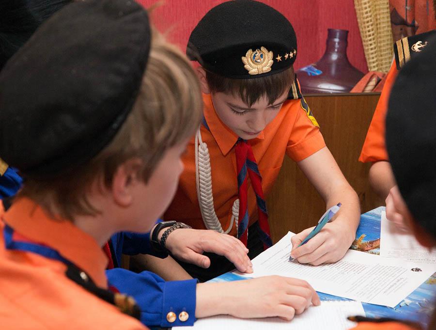 Командиры подписывают документ о принятии ответственности...