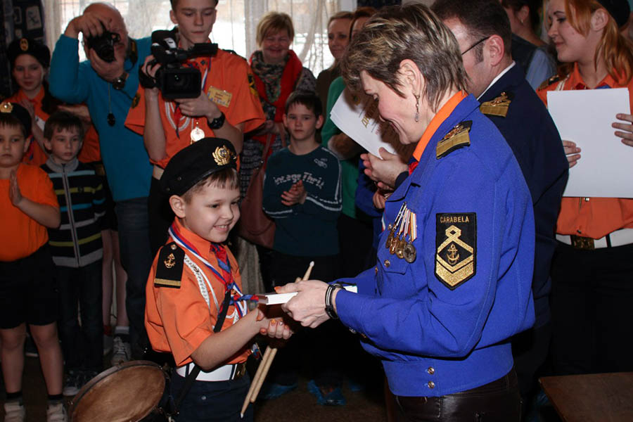 Саша Изгагин получает специальный приз от командоров