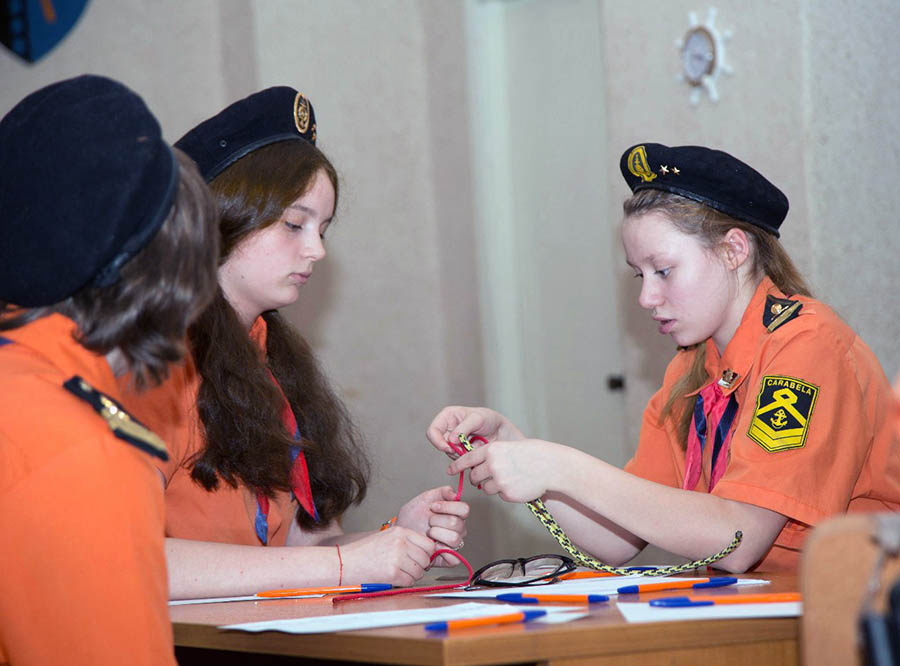 Аня Кравченко (справа) готовится сдавать морские узлы