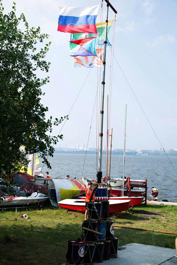 Развиваются флаги сборов РВО над базой ЕМШ