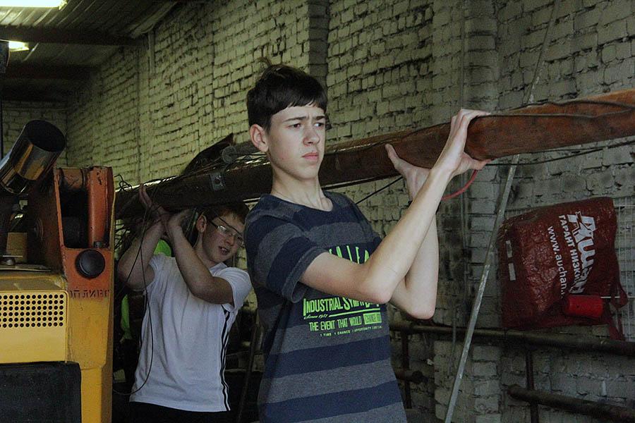 Каравелльцы выносят огроменную мачту из ангаров Коматека