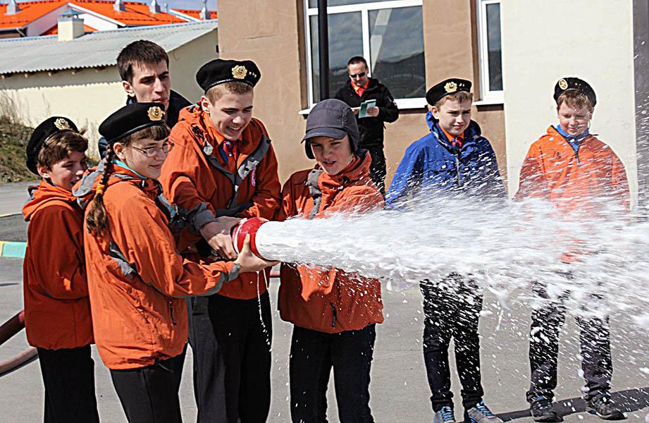 Каравелльцы испытали силу пожарного брандспойта