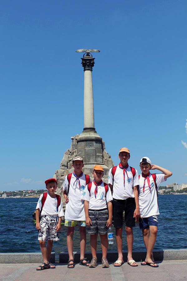 Участники программы на фоне символа Севастополя