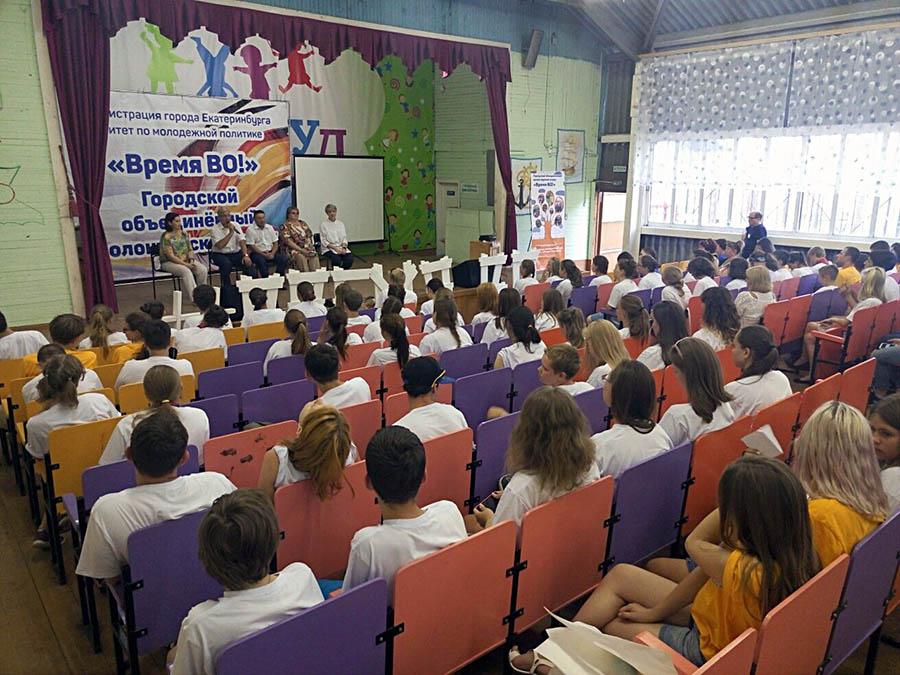 Волонтёры общаются с М.Н. Матвеевым на брифинге