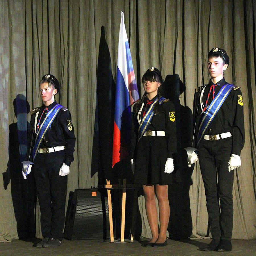 Гвардейцы отряда вынесли флаг России