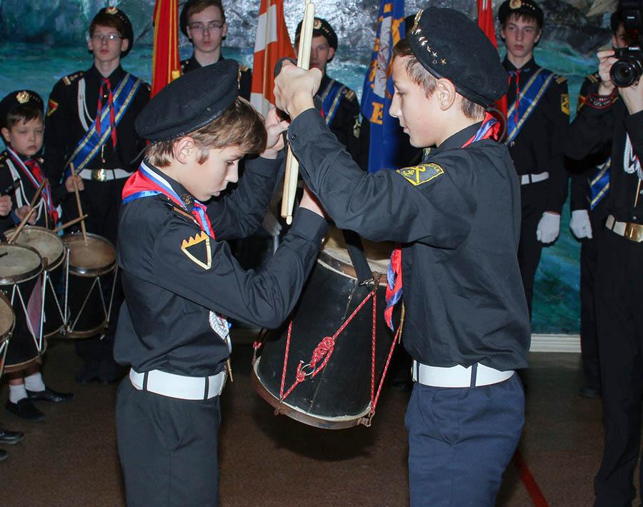 Женька Печёный передаёт барабан командира Никите Смирнову