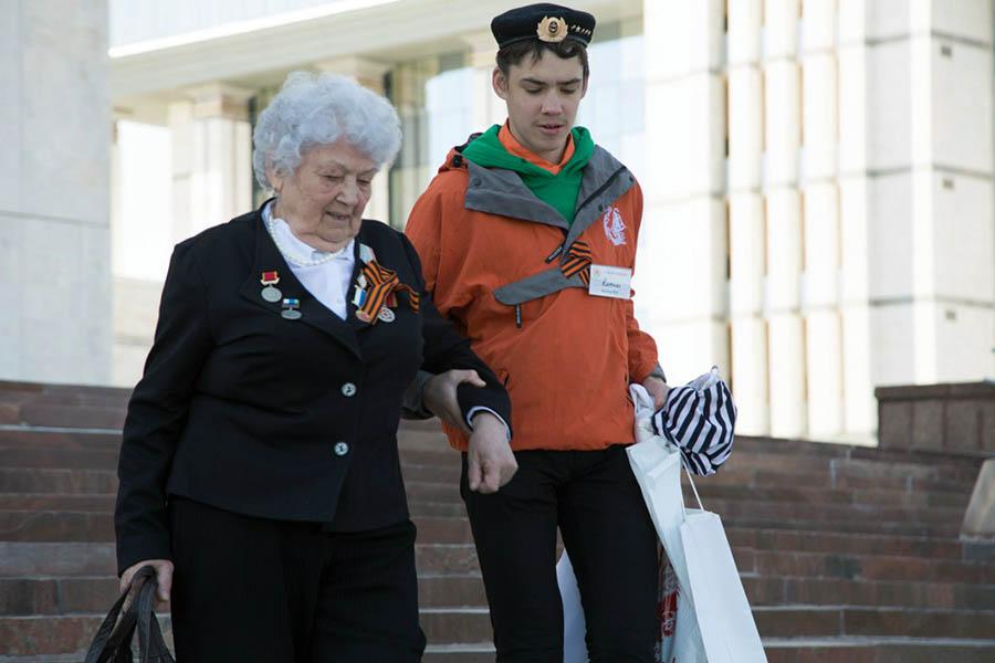 Кирилл Колтышев помогает ветерану 9 мая