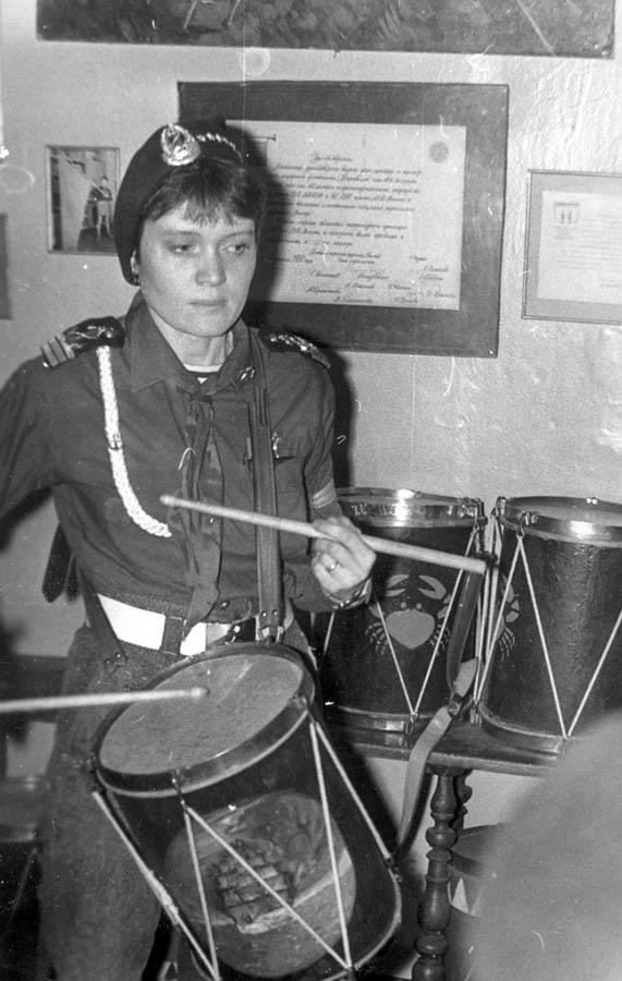 Лариса Крапивина барабанит в знамённой комнате отряда