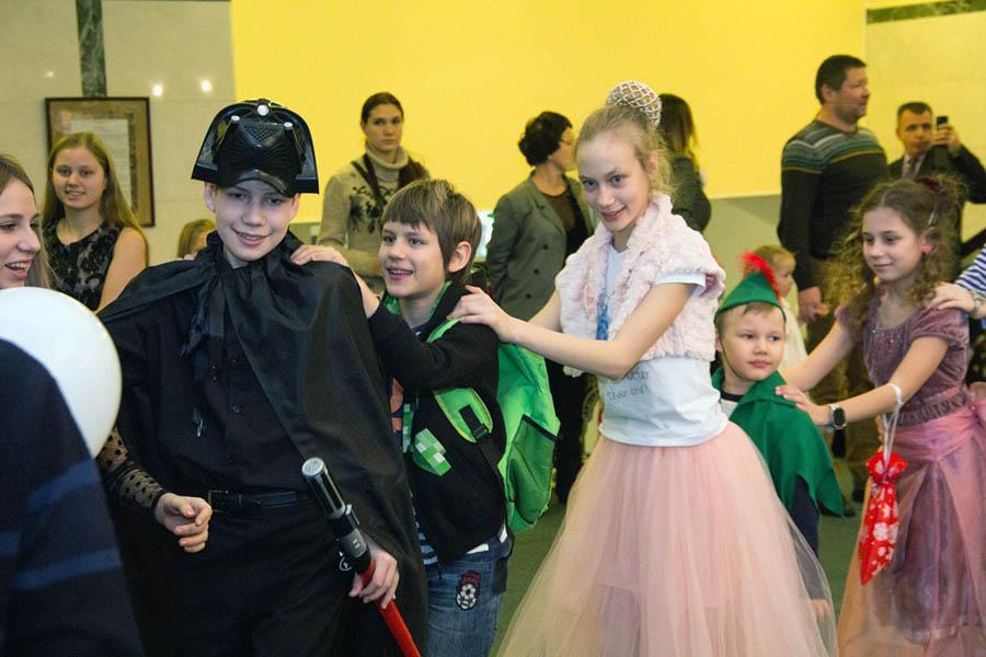 Каравелльцы в новогодних костюмах хороводят вместе