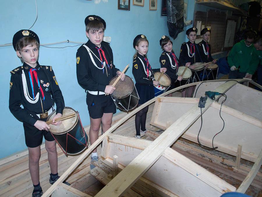 Барабанщики по традиции отряда приветствовали маршами закладку новой яхты