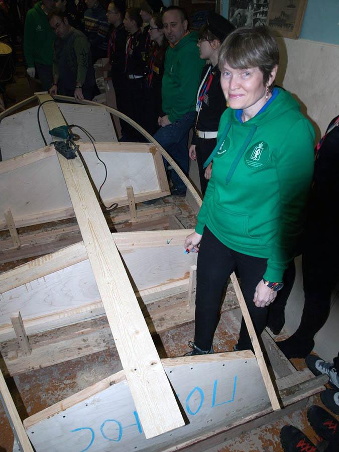Завершает закладку Полюса нанесение название на транец будущей яхты