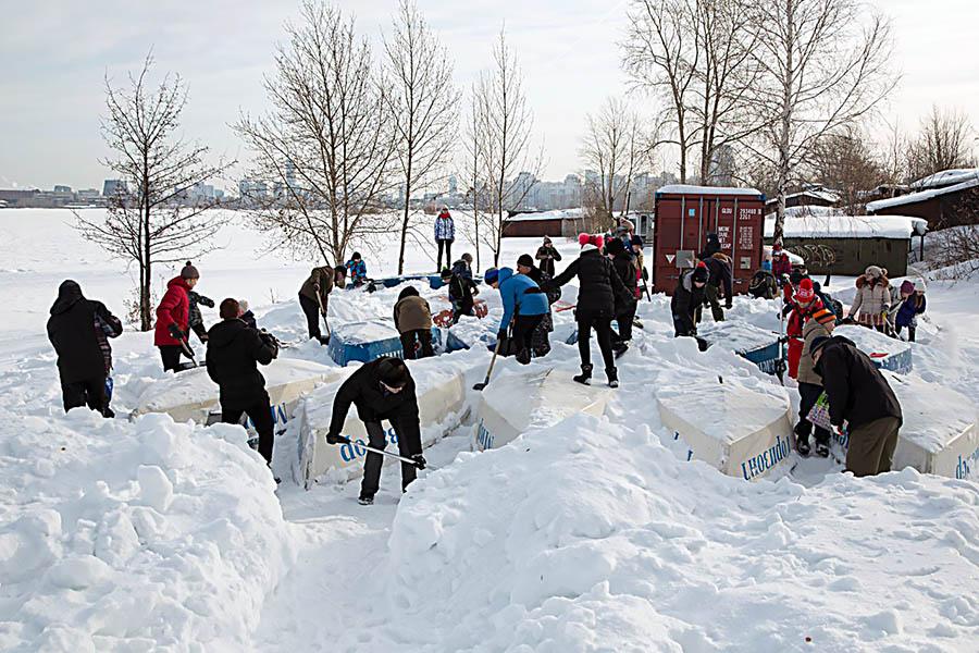Работа в самом разгаре - каравелльцы не только скинули снег, но и сделали проходы между яхт