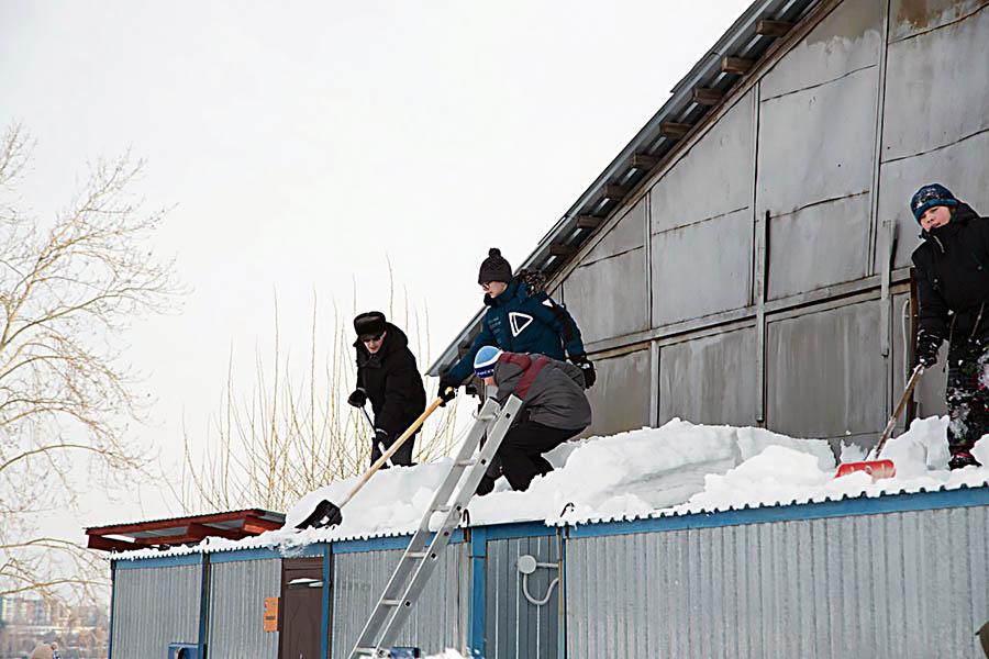 Скинули снежные шапки не только с лодок, но и с крыш...