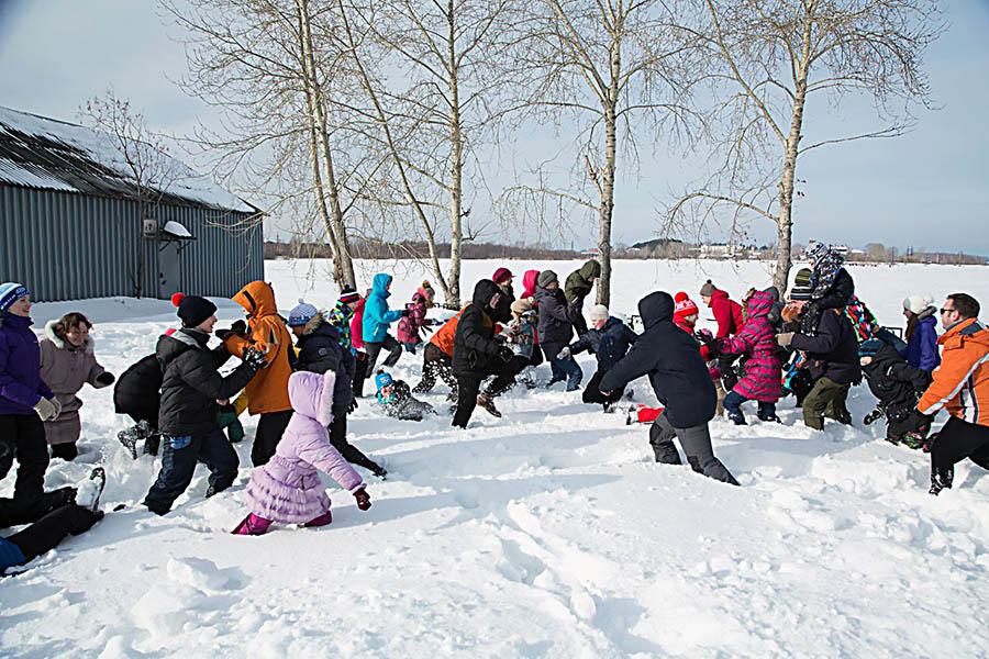 Игра в снежные аварийные заплывы для каравелльцев и их родителей