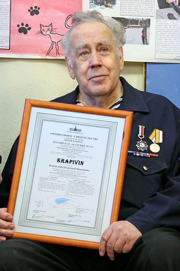 Командор-основатель отряда Владислав Крапивин с сертификатом