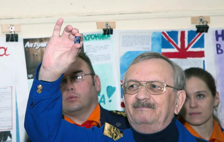 Сергей Казанцев объявил Командора инопланетянином и подарил значок