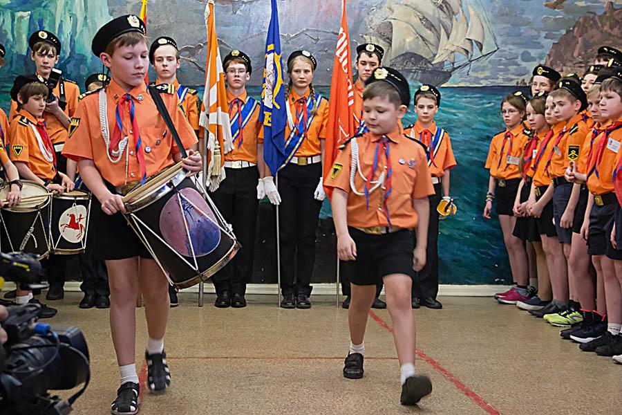 Егор Доможиров передаёт барабан и полномочия выводящего барабанщика Саше Изгагину