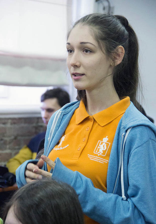 Дарья Колпакова задаёт вопросы спикеру Дня юнкора - Александру Левину.