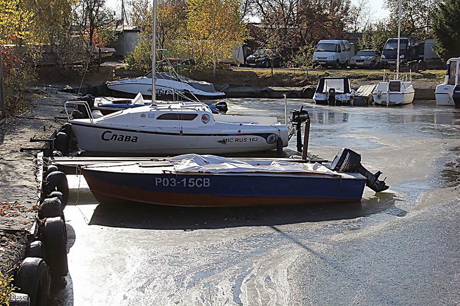 Лёд сковал бухту на базе ЕМШ и не хочет выпускать яхты на берег