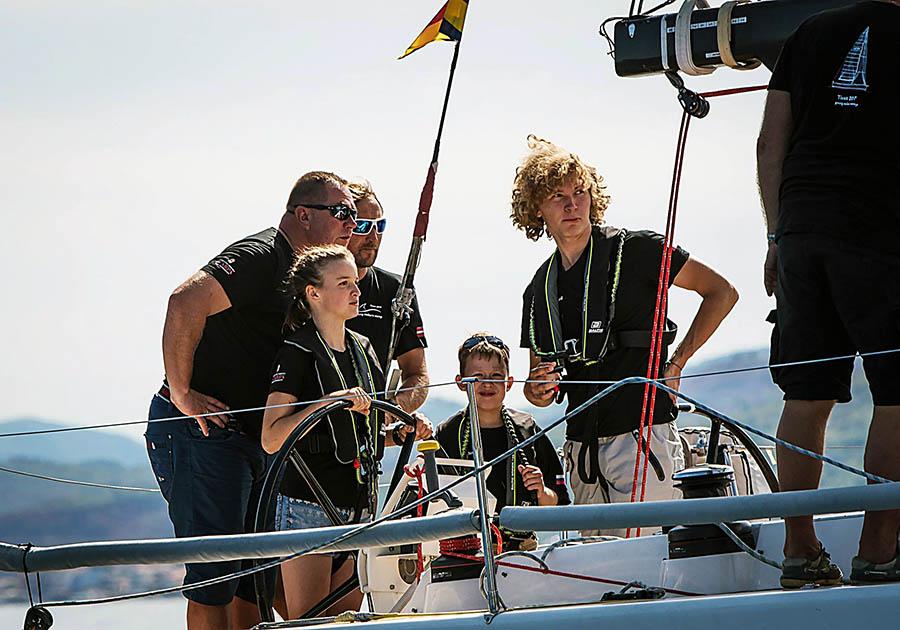 Ребята из четырёх стран перенимают навыки у опытных яхтсменов